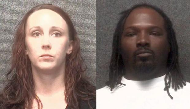 Heather Lynn Odom y Jeremy Barrett, los padres del menor. (Captura: Policía de Myrtle Beach, Carolina del Sur)