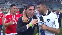 La descontrolada celebración de los jugadores de Independiente con un periodista [VIDEO]
