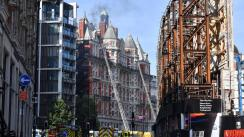 Incendio consume lujoso hotel en el centro de Londres [VIDEO]