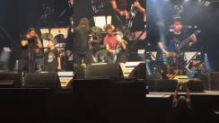 Niño sorprende en concierto de Foo Fighters y toca canción de Metallica [VIDEO]