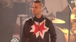 Robbie Williams cantó con su padre y besó a una fan en concierto en México [VIDEO]