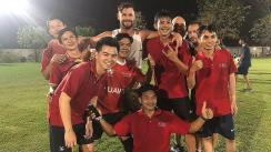 Chris Hemsworth pasa apuros jugando fútbol en Tailandia [VIDEO]