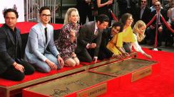 Protagonistas de 'The Big Bang Theory' grabaron sus huellas en el Paseo de la Fama de Hollywood