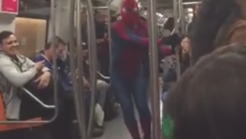 'Spiderman' en Chile bailó el 'Dura Challenge'. (Facebook: Hombre normal dale)