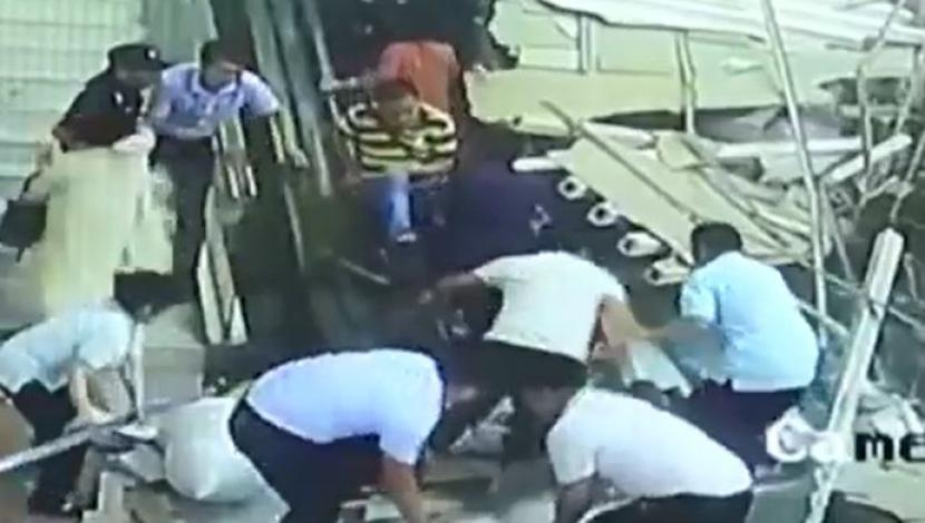#Video Techo cae sobre turistas en China