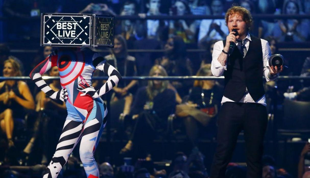 El cantante y compositor Ed Sheeran fue uno de los animadores del MTV Europe Music Awards. (Reuters)