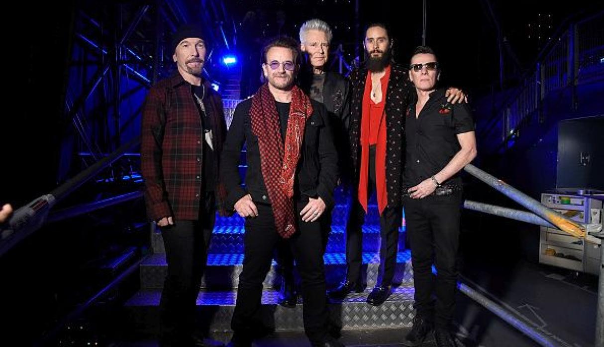 The Edge, Bono, Adam Clayton, Jared Leto and Larry Mullen Jr. en el backstage de los MTV EMA 2017. (Gettyimages)