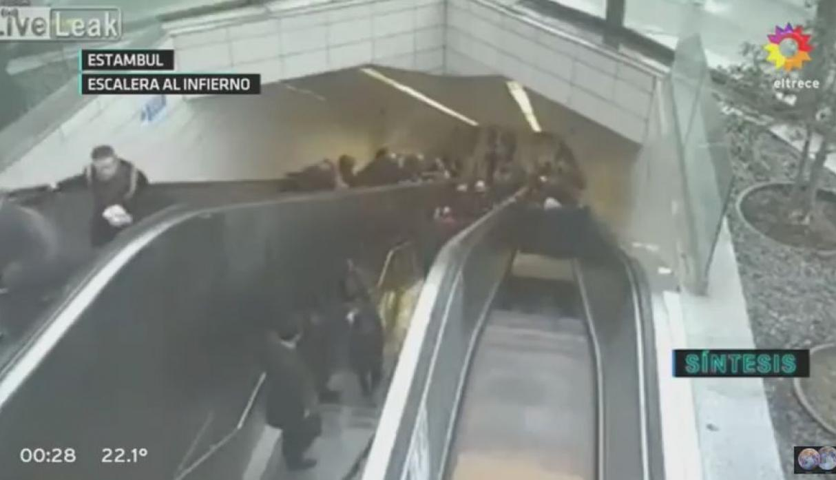 Escalera se come a un usuario del metro de Estambul
