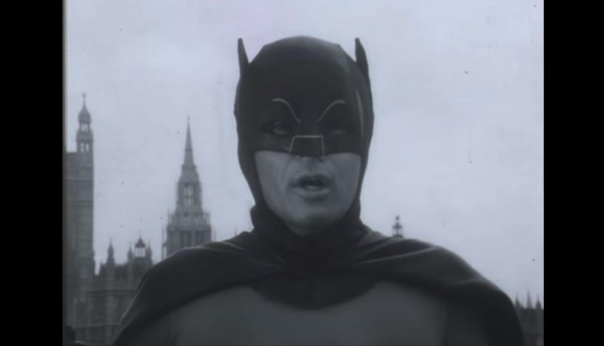 ¡Santas cápsulas del tiempo! Revelan inédito clip de Adam West como 'Batman'. (YouTube/Sam Murray)