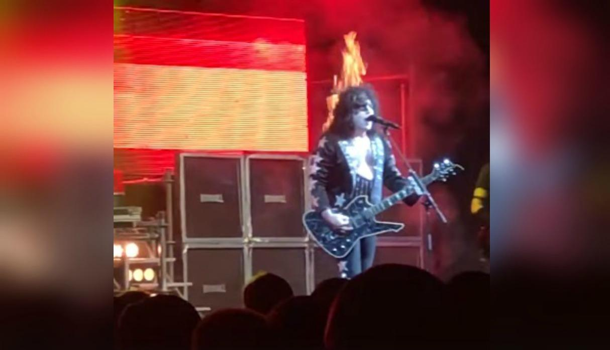 #Video Pelo de guitarrista se incendia durante concierto