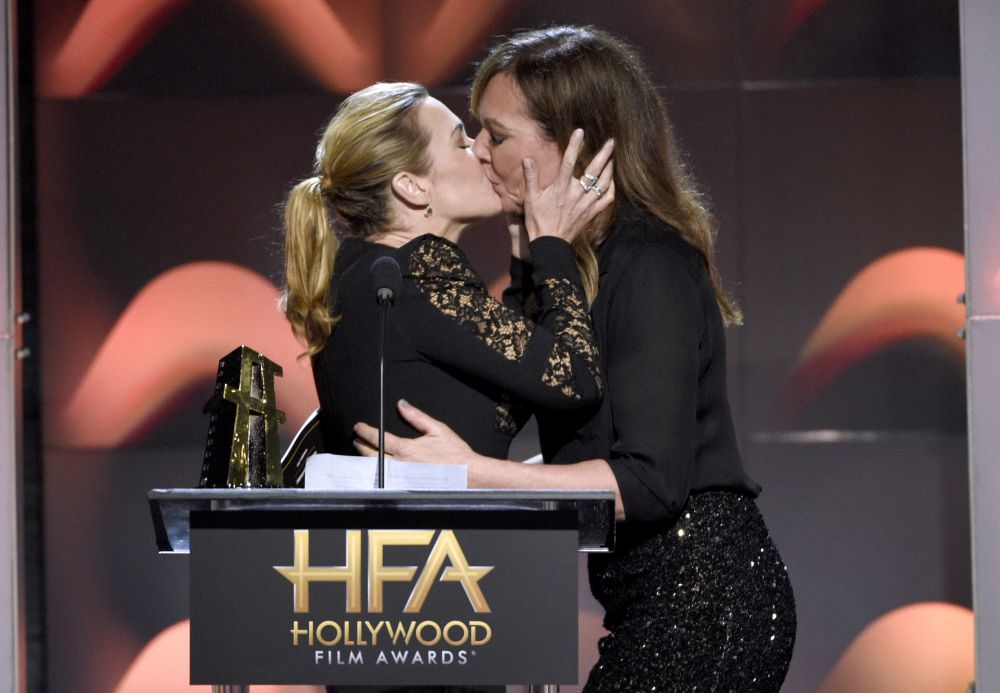El beso más comentado en los Hollywood Film Awards